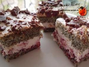 Ciasto makowe z bitą śmietaną, truflami i wiśnią