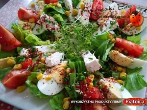 Sałatka z ziołami, jajkiem, pomidorem i twarogiem oprószona świeżym szczypiorkiem