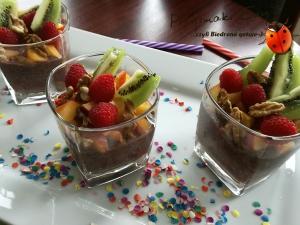 Kakaowy deser chia z owocami i orzechami włoskimi