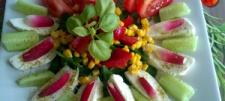 Sałatka z mozzarellą, pomidorem, szpinakiem oraz kukurydzą