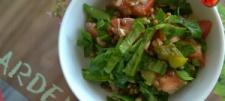 Sałatka z brązową soczewicą, świeżym szpinakiem i ogórkiem konserwowym (wersja fit)